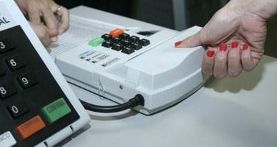 """Não é verdade que exclusão da biometria foi para evitar que eleitores """"usem o dedo"""" nas Eleições 2020"""